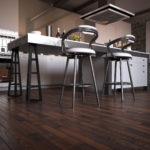 Jak w praktyce wykorzystać piękno ciemnej podłogi?